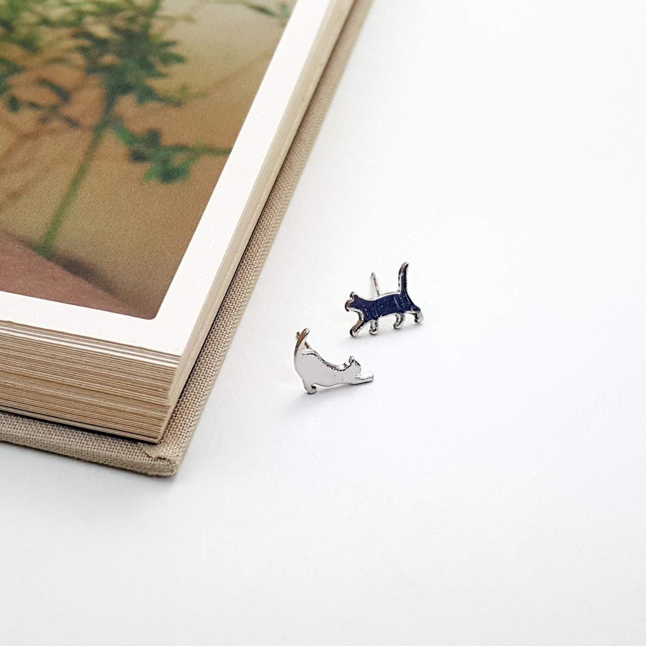 Stretching Cat stud earring in Silver | Minimalist Animal Jewelry